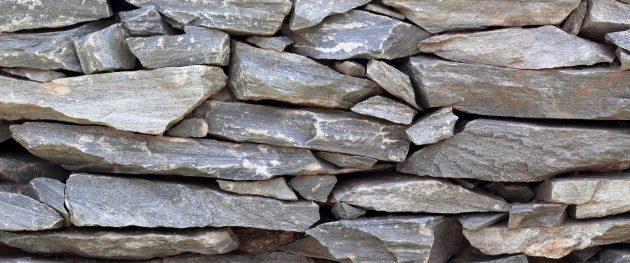 użyciem kamieni sortowanych